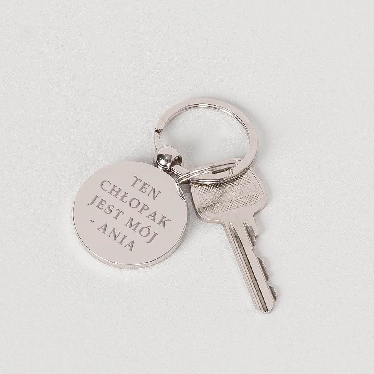 Grawerowany brelok do kluczy to praktyczny prezent do 100zł dla chłopaka