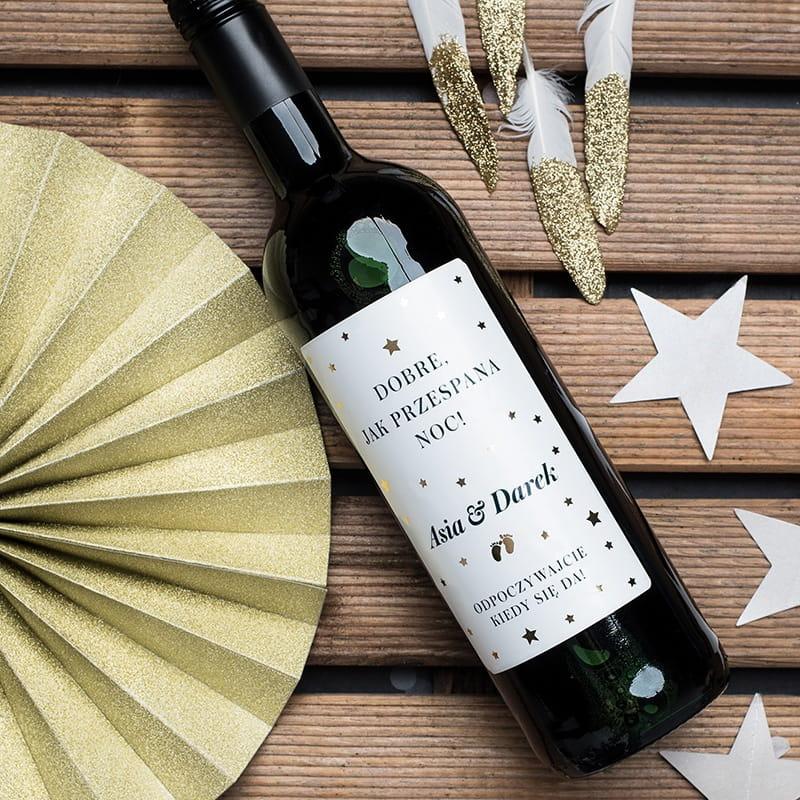 Czerwone wino bezalkoholowe to prezent na narodziny dziecka dla rodziców