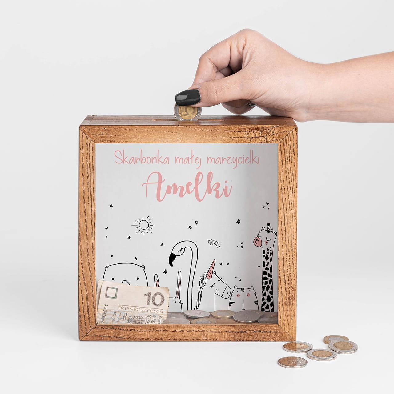 Skarbonka z szybką to praktyczny prezent dla dziewczynki na roczek