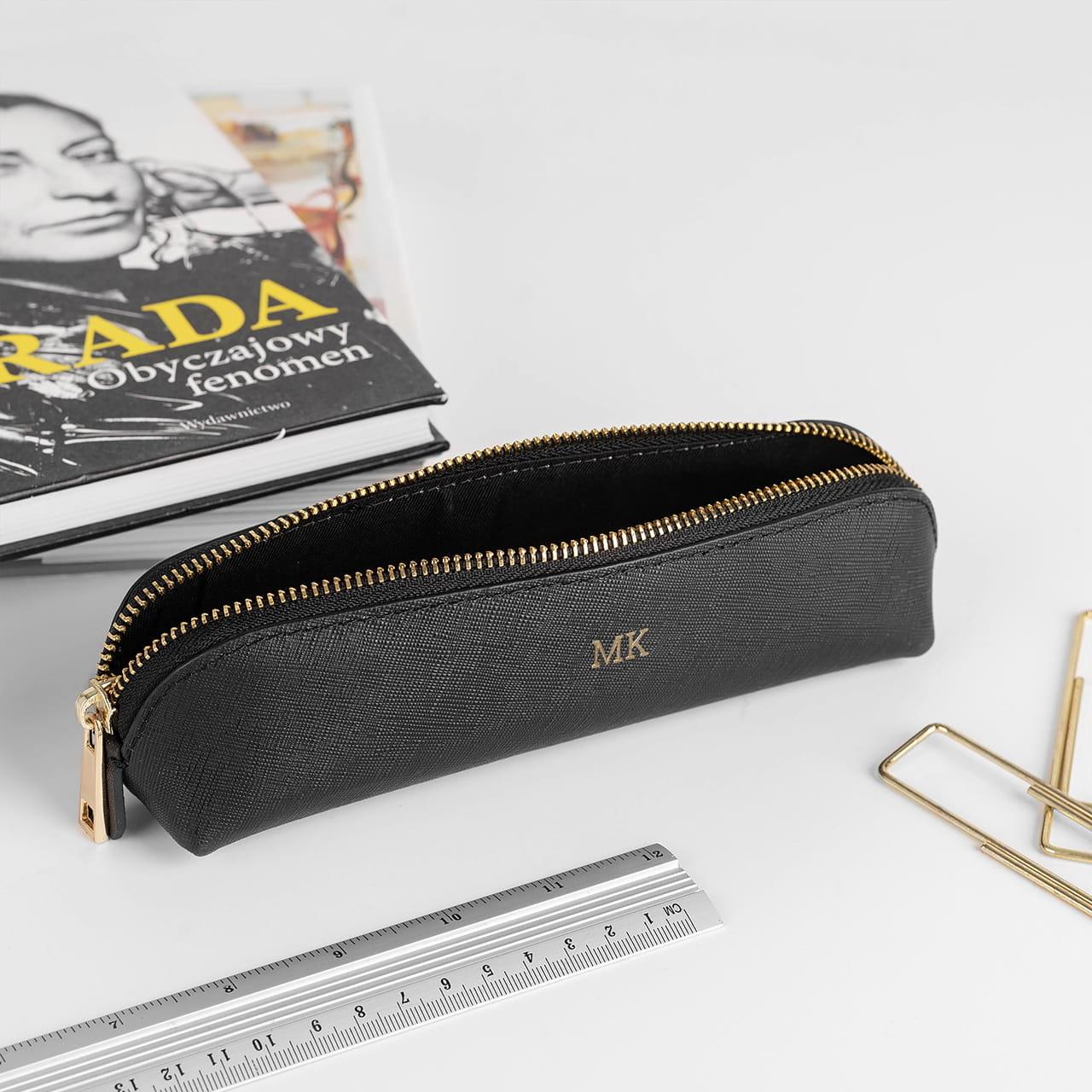 Skórzany piórnik jako pomysł na eleganckie gadżety biurowe